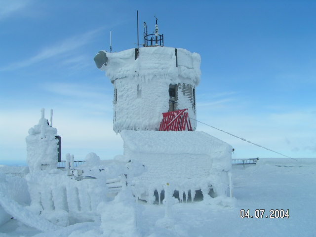 Observatory_tower_in_rime_with_blue_sky